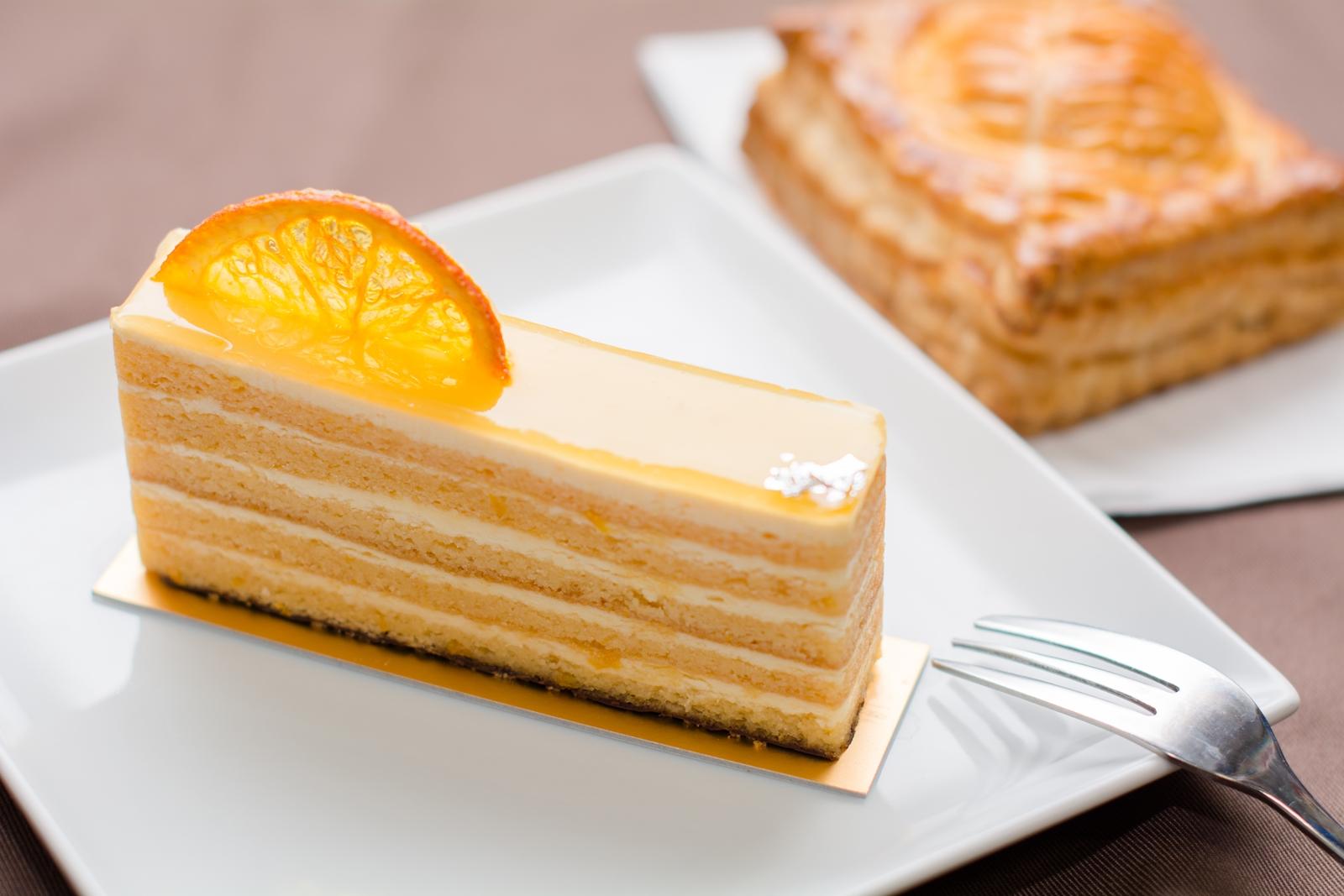 Photo: 「バレンシア」 フランス菓子 エリティエ  しっとりとしたアーモンド風味の生地に 程よく軽いオレンジバタークリームが 何層も重ね合って フォークを入れる時の感触も 口に入れた時に味わえる食感を 想像させてくれます☆ オレンジの酸味がとても爽やかで 見た目も美しい少し大人な一品でした^^  もう1品は「ミートパイ」です♪ 可愛らしく木の葉の模様が刻まれて サックサクに焼き上げられたミートパイ 中からはどこか懐かしい香りのする 美味しいミートソースが現れます☆  先週紹介させていただいたエリティエさんのケーキ 実はもう一つ購入していたので 少し遅くなりましたがもう1セット御紹介です♪  「 +フランス菓子 エリティエ 」 < http://goo.gl/IwWEoa > #ごちそうフォト #cooljapan Nikon D7100 Nikon AF-S NIKKOR 50mm f/1.4G