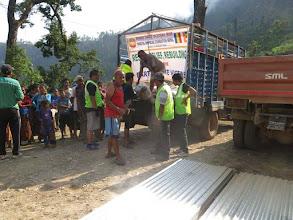 Photo: Sacos de arroz para las familias de la aldea de Khalte, distrito de Dhading.
