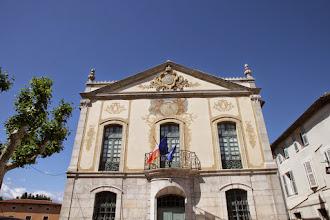 Photo: La mairie dans un château anciennement de la famille seigneuriale De Villeneuve ; la façade restaurée est de style Louis XV.