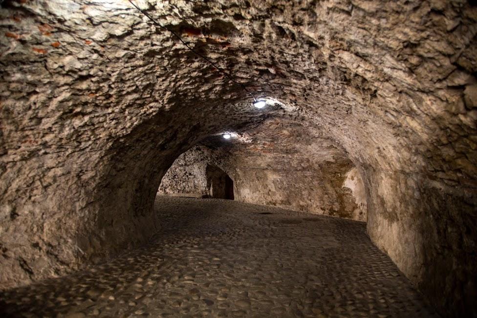 tunel z zakrętem prowadzący na dziedziniec Zamku DOlnego