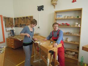 Photo: Dalibor učí Janu Machovou vyrobit rybičku