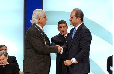 Carlos Pérez Siquier al recibir la Medalla de Andalucía.