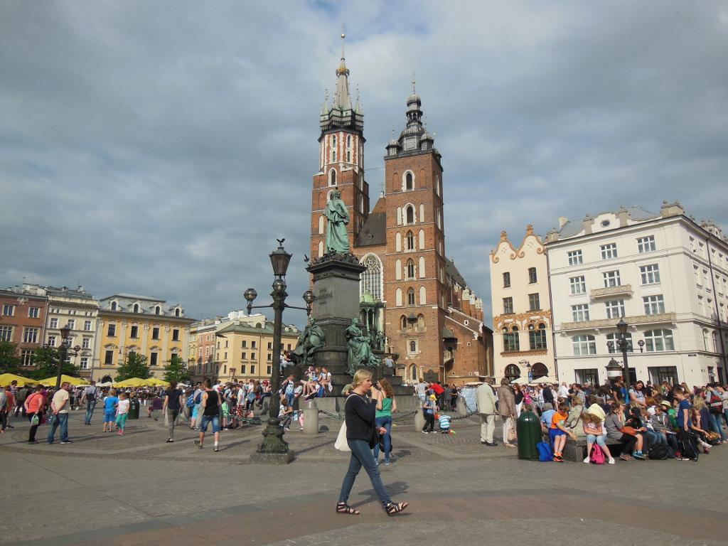Plaza del Mercado: Basilica de Santa Maria y estatua de Adam Mickiewicz