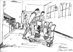 Photo: 抬飯菜2010.11.20鋼筆 樓上的舍房或工場,都靠炊場的雜役兩人一組地抬著餐桶上樓梯,讓我不解的是監內明明有電梯,卻不用…