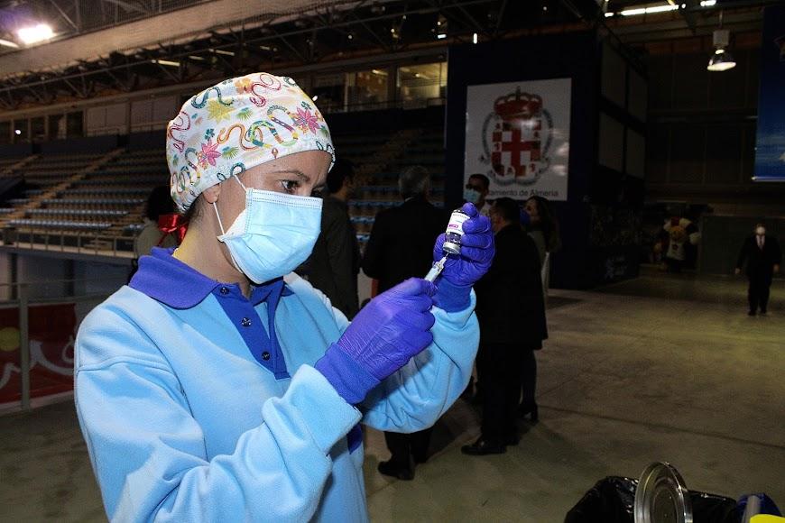 Preparando las jeringas con la vacuna covid.