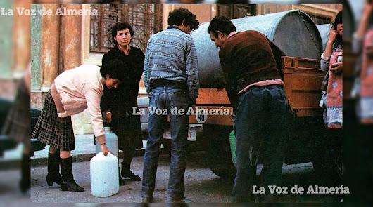 Una imagen típica de las calles de Almería cuando llegaba el repartidor del agua y la gente bajaba de las casas con sus garrafas de plástico.