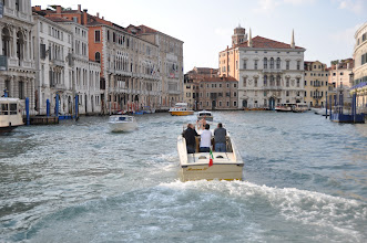 """Photo: Canal Grande v Benátkách. Canal Grande je hlavní dopravní tepna Benátek. Jde o nejhlubší z benátských kanálů, který je vlastně někdejším korytem řeky Brenty, protékající tudy pod hladinou mělké laguny k moři. Vedou přes ně pouze tři mosty (Ponte degli Scalzi, Ponte di Rialto, Ponte dell'Accademia), ač je Canal Grande dlouhý přes čtyři kilometry. Philippe de Commynes o něm řekl, že je to """"nejkrásnější ulice světa""""."""