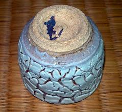 写真: 白カイラギ釉高台 琉球大田焼窯元:平良幸春  掲載作品のお問い合わせは ℡/FAX 098-973-6100でお願致します。