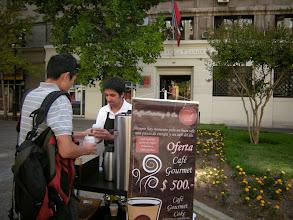 Photo: サンチャゴ 宿の近くの遊歩道に毎朝来てたケータリング専門のコーヒー お兄さんが入れてくれるこれが一番美味しかった!チリではなかなか美味しいコーヒーが飲めないのだ。 http://parajunko.blog.fc2.com/blog-entry-83.html