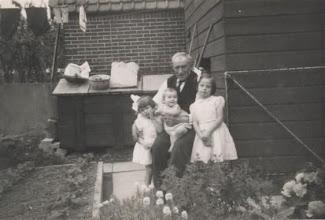 Photo: Opa Duur met Dicky, Aagje en Nel van Wingerden.