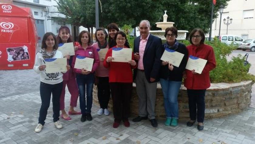 Entrega de diplomas a las participantes del curso.