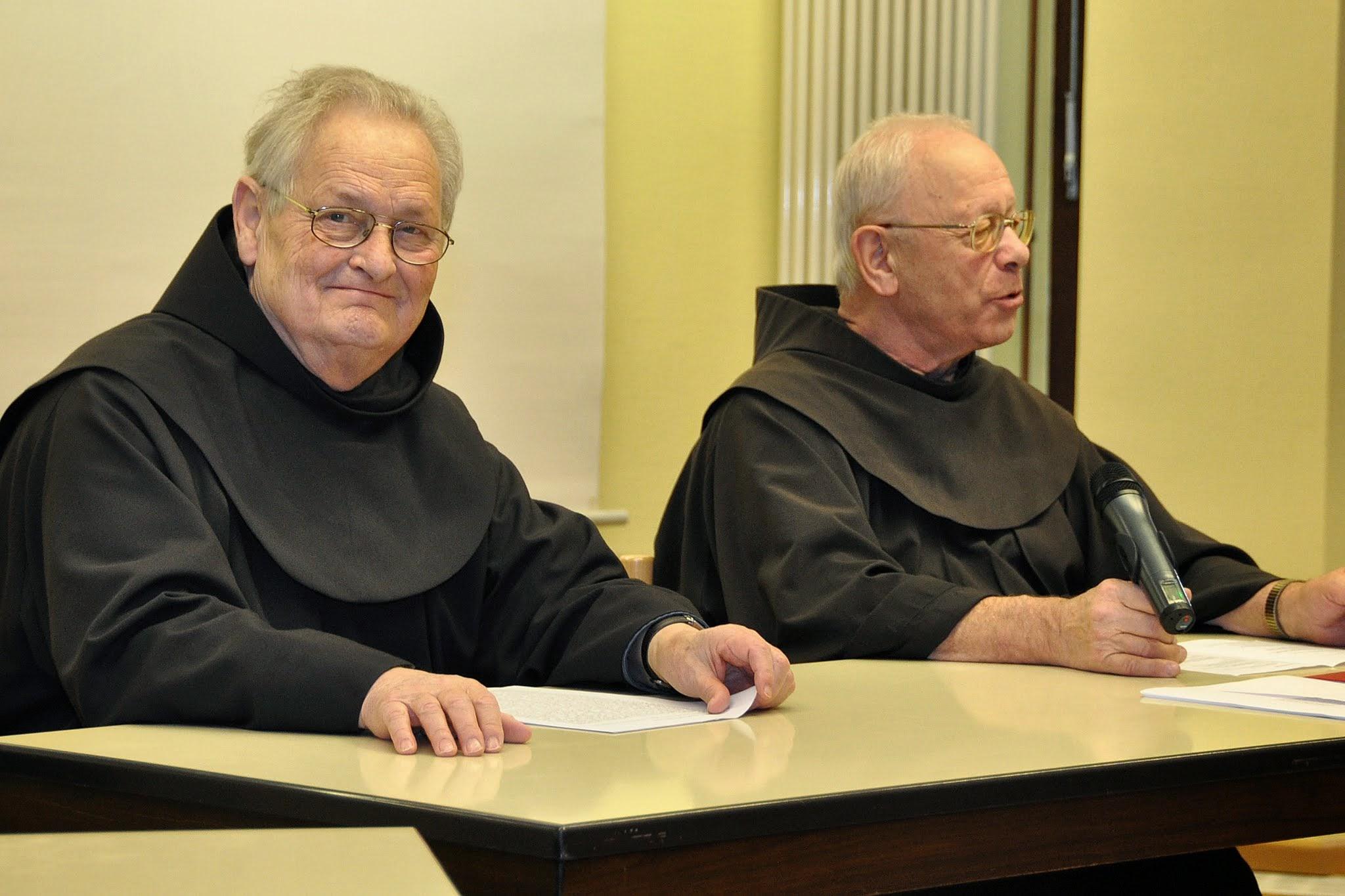 Photo: Vortrag P. Dr. Johannes Schlageter OFM (Halberstadt); Tagungsleiter: P. Dr. Herbert Schneider OFM (Vossenack); Photo's: Henri Veldhuis (Culemborg NL)