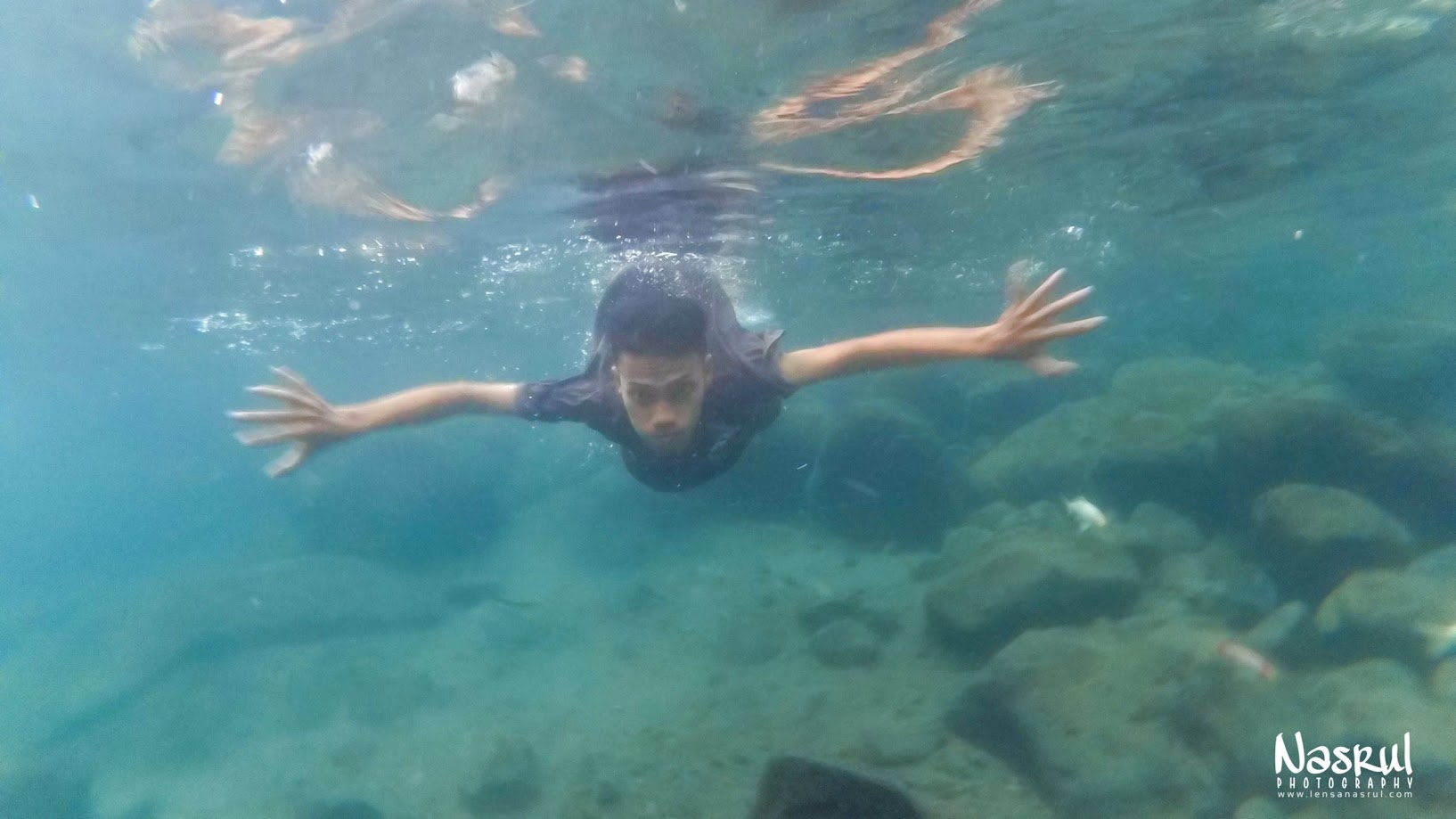 Sambil belajar berenang sambil menahan dingin