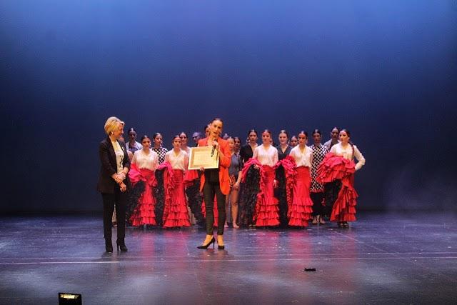 Premio Coteca al Conservatorio Profesional de danza Kina Jiménez, entregado por la delegada de Cultura a la directora.