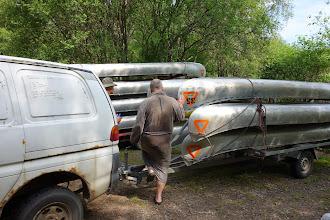 Photo: Karsten Yde i slåbrok og varevogn med udendørshøjttalere