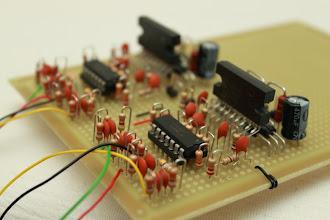 Photo: Close nos componentes Recomendo que a conexão com a placa USB seja a última pois o vira-vira da placa fez os fios se romperem várias vezes.