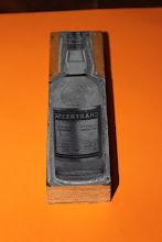 Photo: Préparez de l'encre ou la chartreuse en mode Gutenberg ! Une ancienne plaque d'imprimerie pour une bouteille de jaune, vous noterez le 43°...  Dimensions 14 par 4cm. (merci à Manu)