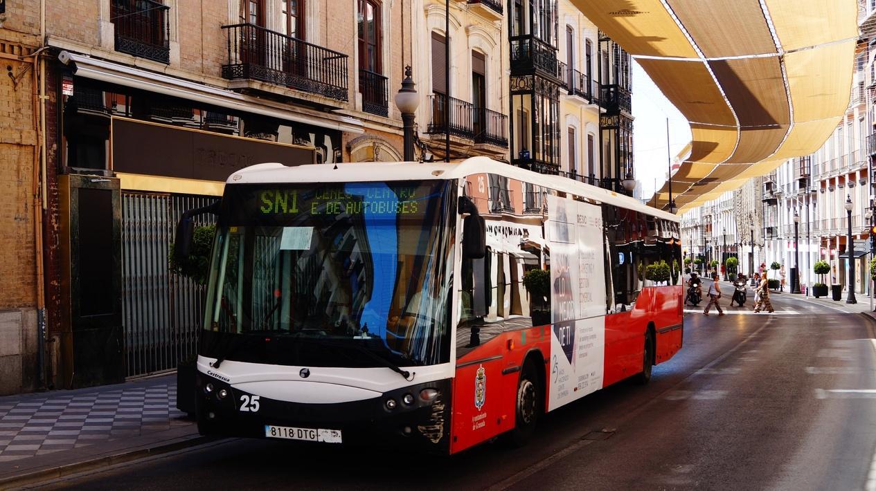 Obraz zawierający budynek, droga, autobus, zewnętrzne  Opis wygenerowany automatycznie