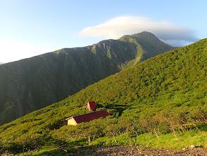 荒川小屋と奥に赤石岳