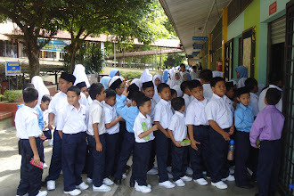 Photo: Pelajar tahun 1 SRIH menunggu giliran untuk membeli barang di Kedai SRIH.