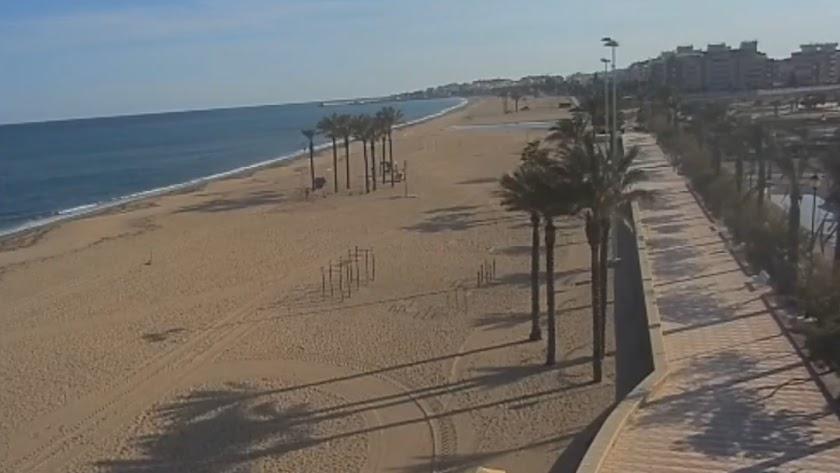 Imagen de las cámaras de vigilancia de una playa de Roquetas durante el periodo de confinamiento..