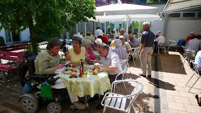 Photo: Mittagessen im wunderbaren Vorgarten