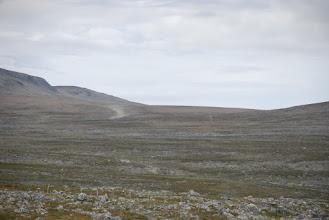 Kuva: Saarijärveltä Kuonjarille päin. Jokiuoman oikealla puolen näkyy tunturin rinteessä kesävaeltajien tallaama polku