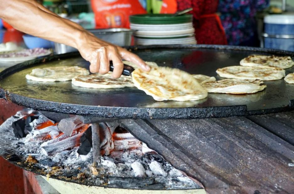 roti canai kayu arang, 5 menu makanan malaysia, roti canai sedap melaka