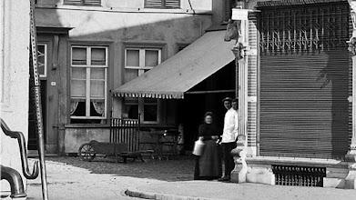 Photo: 1925 Luifel van Hof van Holland  & Herberg De Zwaan aan het Kerkstraatje en Markt met slager Speek op de foto.