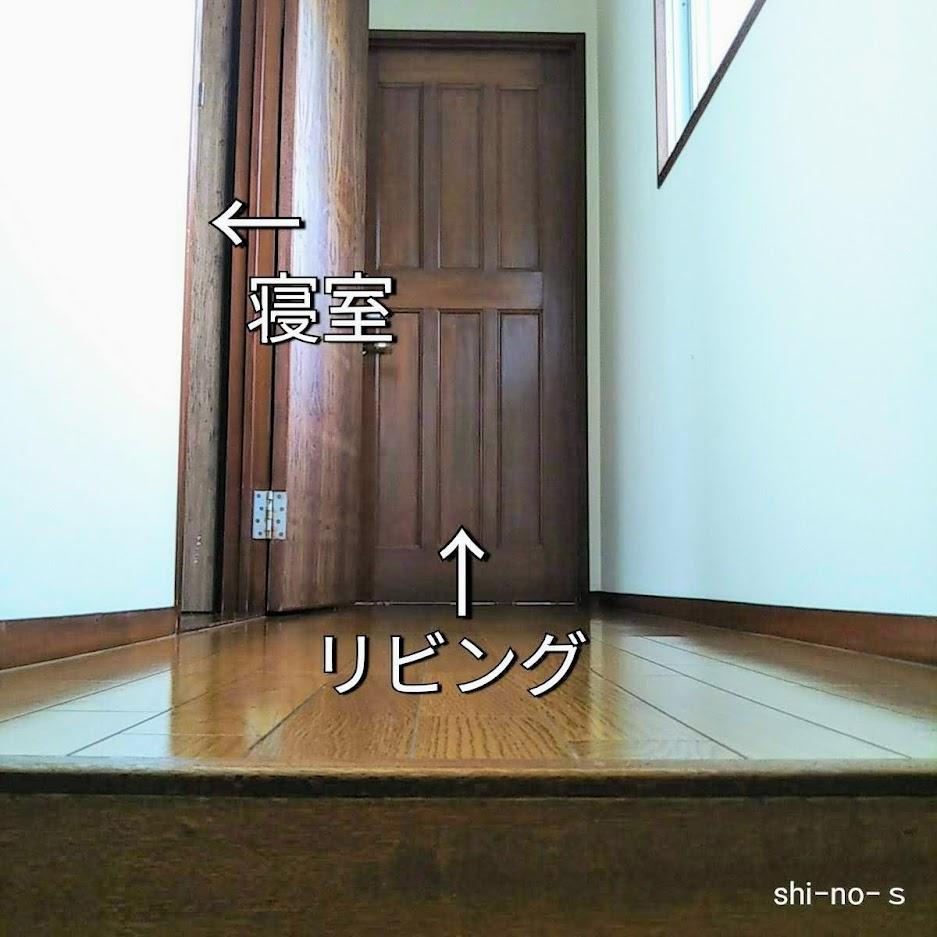 階段を上って2階の廊下