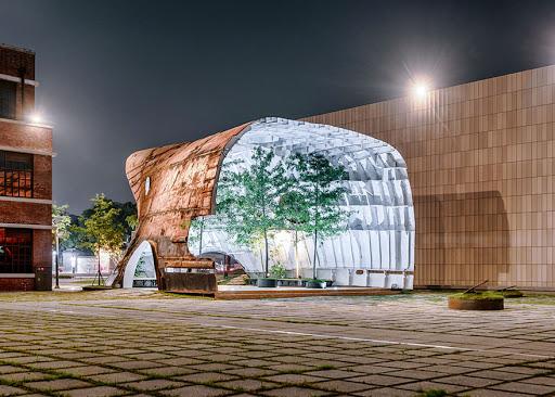 Velho navio enferrujado é transformado em uma estrutura com árvores
