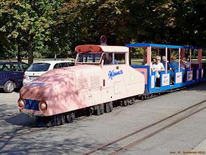 "Photo: Lokomotywa spalinowa D3 (Rudolf Bauer / Schreiner &Soehne, Wien, 1964) ze składem ""letniaków"" kolejki Wiener Prater Liliput-Bahn {Rotunde; 2013-08-22}"