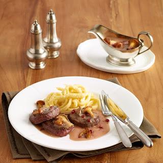 Hirschmedaillons in Pilz-Preiselbeer-Sauce