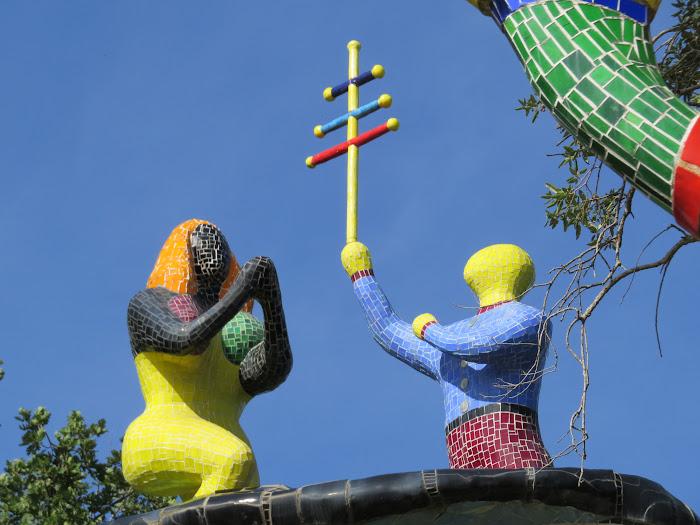 Niki de Saint Phalle, Il Papa (particolare, le due statue che si allungano verso il cielo), Giardino dei Tarocchi, Capalbio