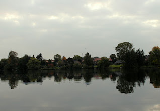 Photo: Blick über den Gtoßensee auf das Dorf