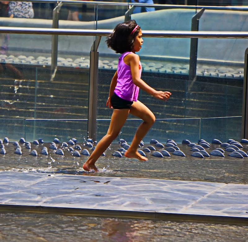 la maglietta viola sguazzando nella fontana di jovi55