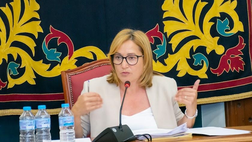 La alcaldesa de Níjar durante el pleno.