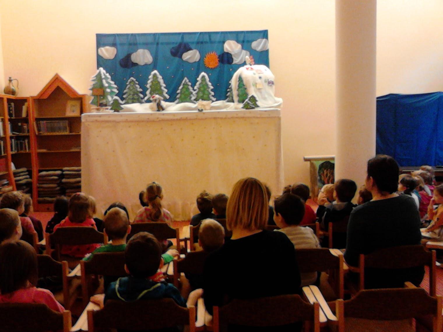 Bábelőadás közönsége a paraván előtt