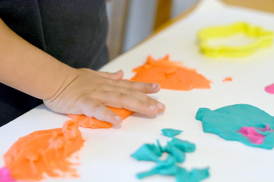 Foto Freebie Knete Bunt kreativ Kinder spielen Kinderhand