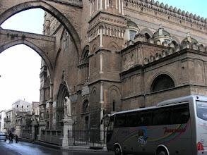 Photo: Palermon katedraalin itäpääty, vastapäätä on piispanlinna.