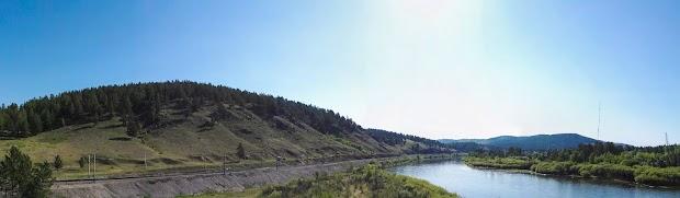 Панорама железной дороги проходящей вдоль берега Ингоды