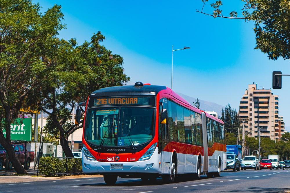 Ônibus circulando em Santiago, capital do Chile; 10% da frota utilizada no transporte público da cidade já é elétrica. (Fonte: Shutterstock)