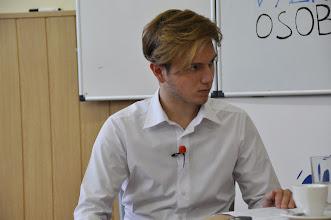 Photo: Videorozhovor s viceguvernérem České národní banky profesorem Vladimírem Tomšíkem (moderátor Jan Tomášek ze třídy 3. A, úterý 26. květen 2015, učebna výtvarné výchovy).