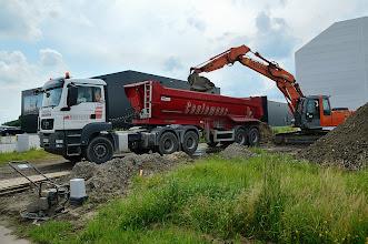 Photo: © ervanofoto 05-07-2012 Een deel van de afgegraven aarde wordt weggevoerd.