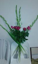 Photo: Gerbe à la main  Fleurs utilisées: glaeuils( six tiges), roses  prix 40 euros environ