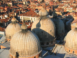 Photo: Näköalaa Campanilen kirkontornista - Markuksen kirkon kupolit