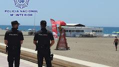 Una pareja de policias durante un servicio por el Paseo Marítimo