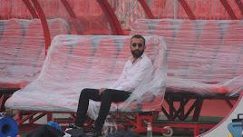Mohamed El Assy, sentado en los banquillos nuevos del Mediterráneo.