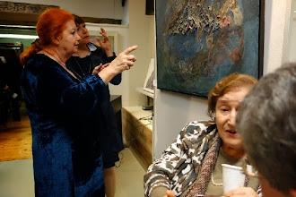 Photo: Die Künstlerin Charlotte Pohl (mit Besucherin Dr. Christine Schauhuber) bei der Besichtigung (26.September 2013). Foto: Peter Skorepa