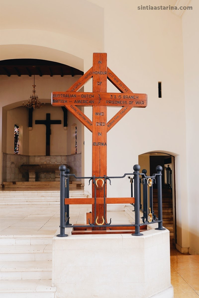 salib kayu memorial yang terbuat dari bantalan rel kereta Birma-Siam di Ereveld Menteng Pulo